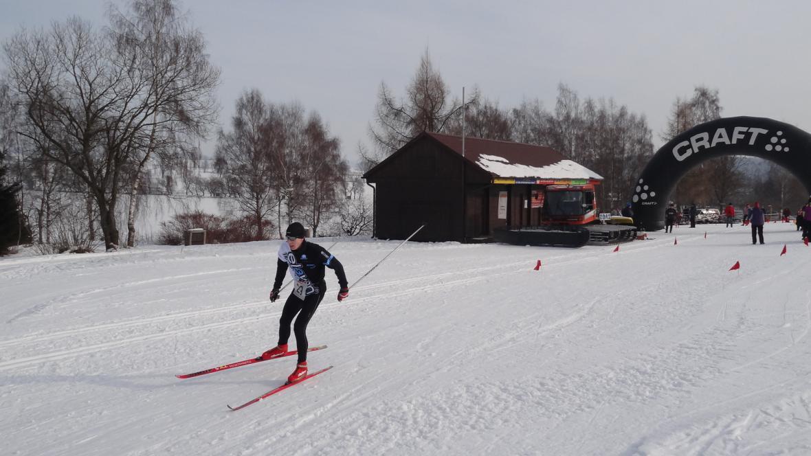 Během na lyžích zimní triatlon končil