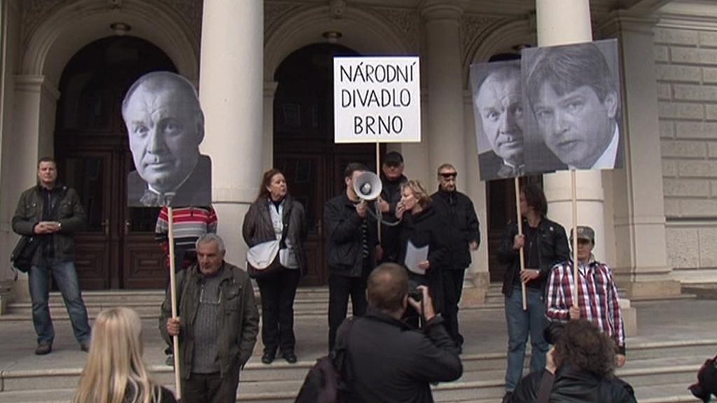 Protest před Národním divadlem Brno
