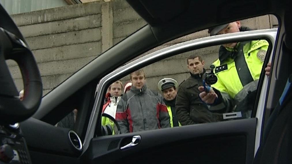 Policista měří propustnost skla