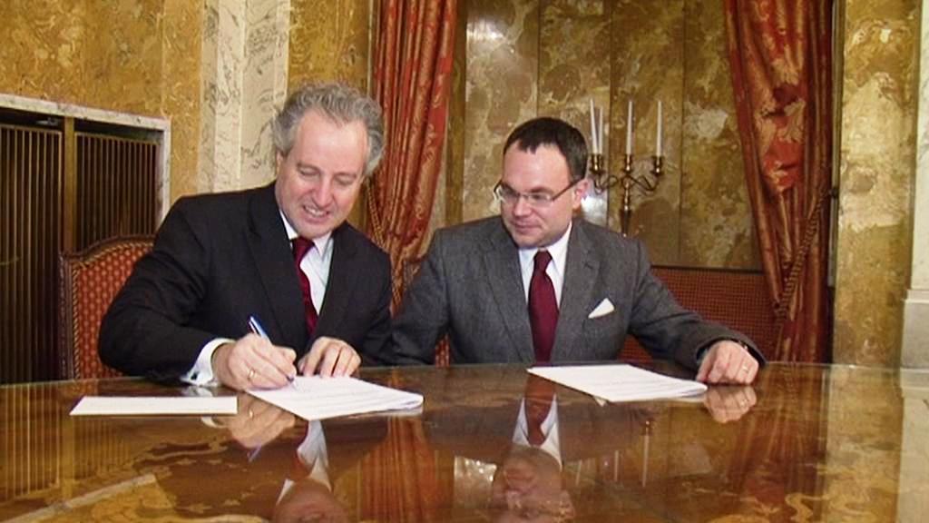 Manfred Honeck podepisuje smouvu s Českou filharmonií