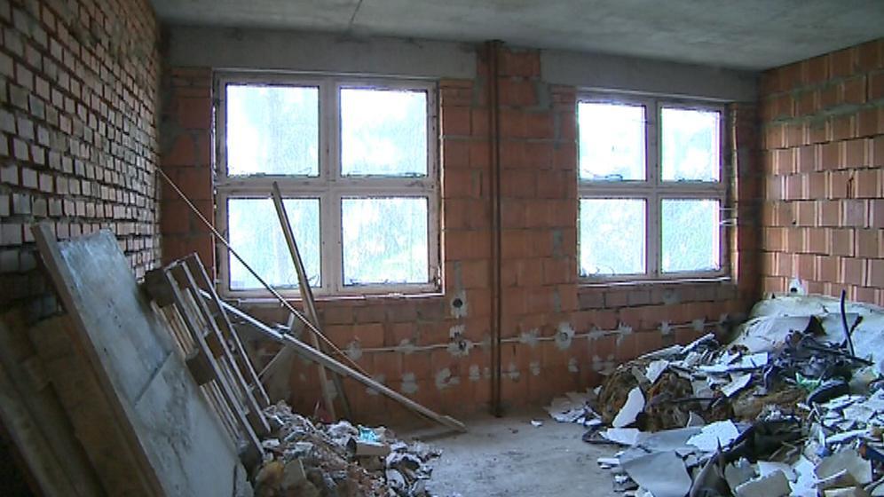 Interiér připomíná staveniště