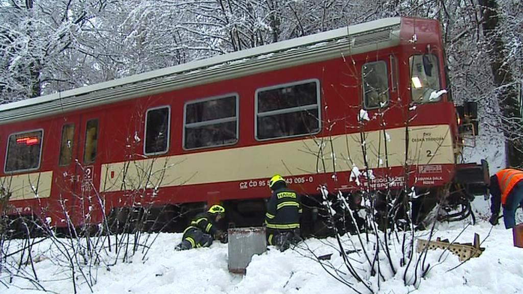 Hasiči vyprošťují zablokovaný vlak