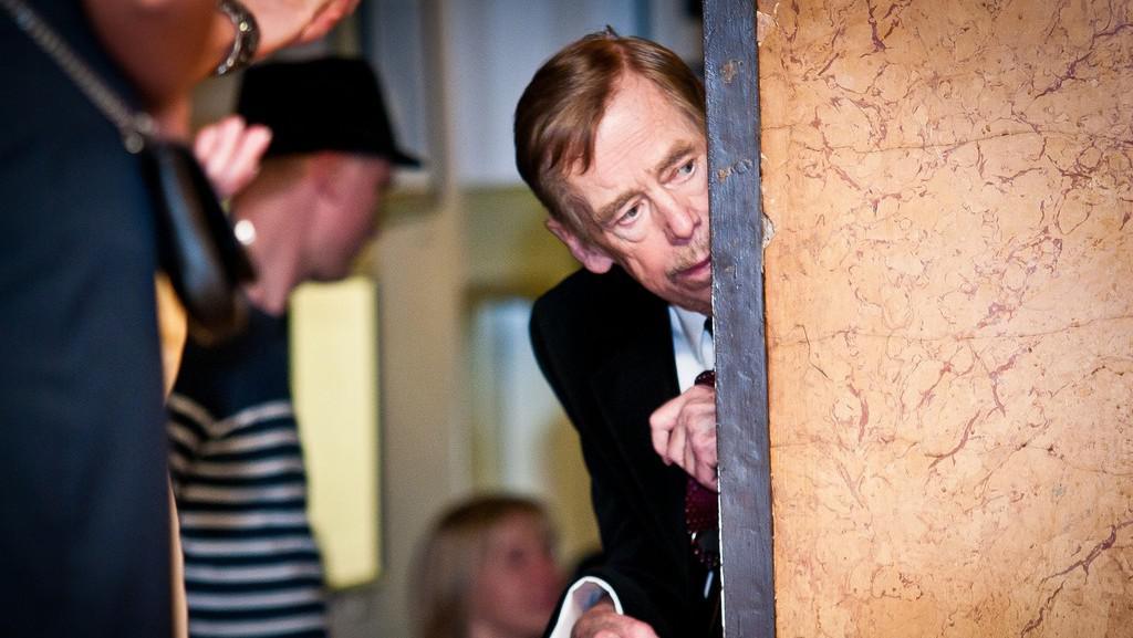 Václav Havel nakukuje