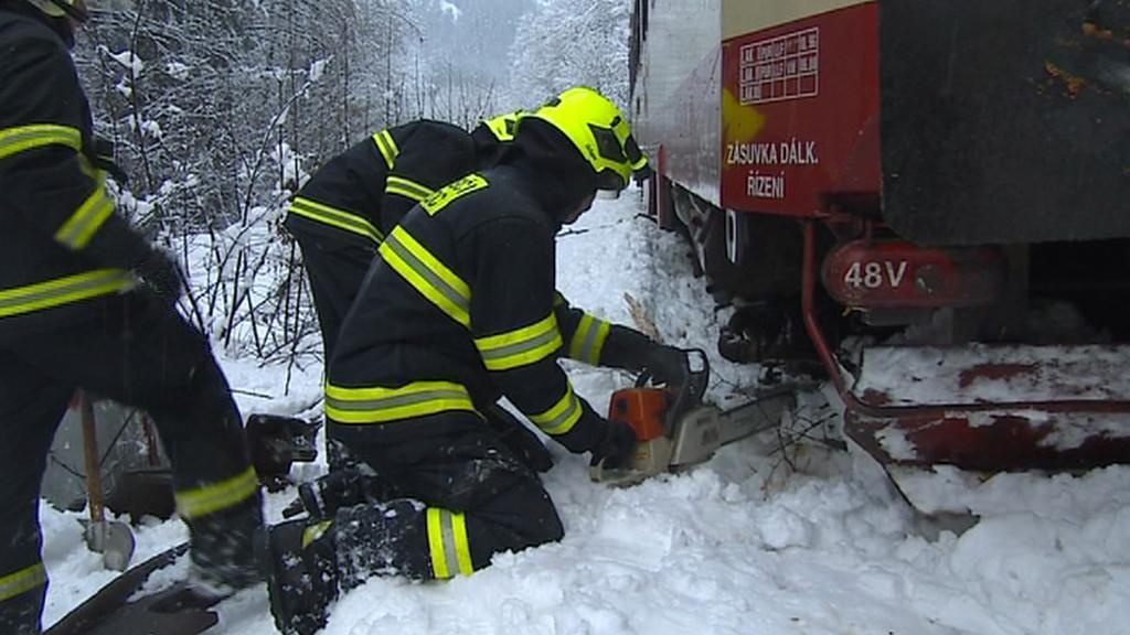 Hasiči při zásahu u vykolejeného vlaku mezi Tanvaldem a Železným Brodem
