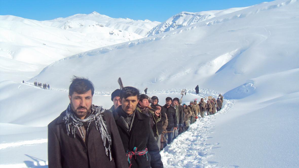 Afghánští záchranáři pátrají po obětech lavin