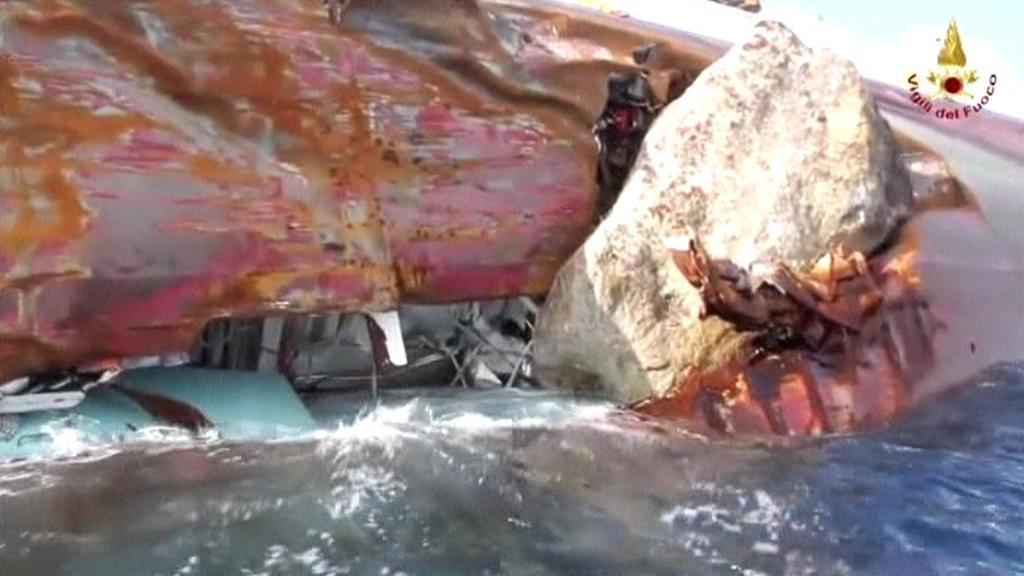 Roztržený trup lodi Costa Concordia