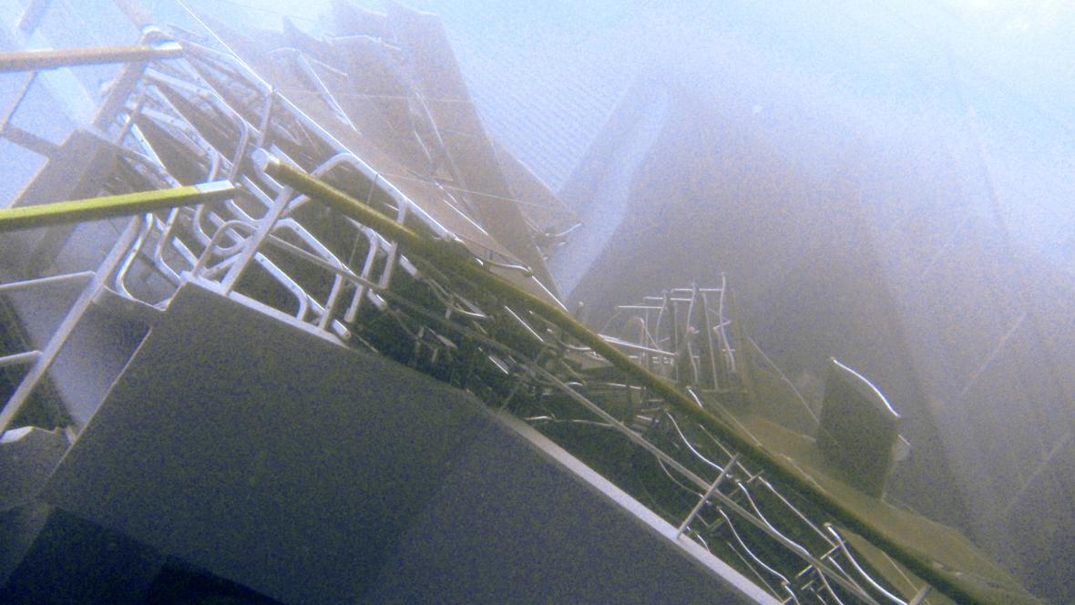 Část lodi Costa Concordia potopená pod hladinou
