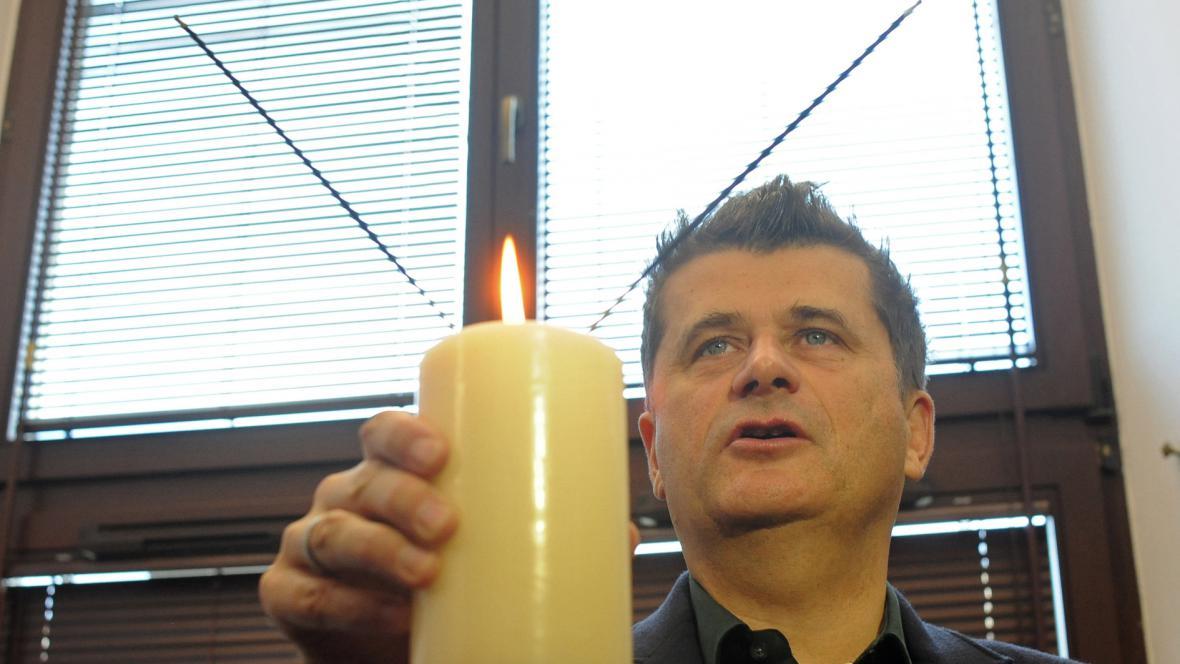 Janusz Palikot pálí vonnou tyčinku s marihuanou