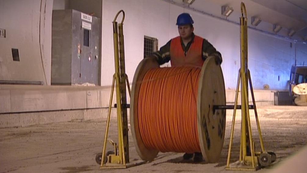 Dělníci musí položit kilometry kabelů