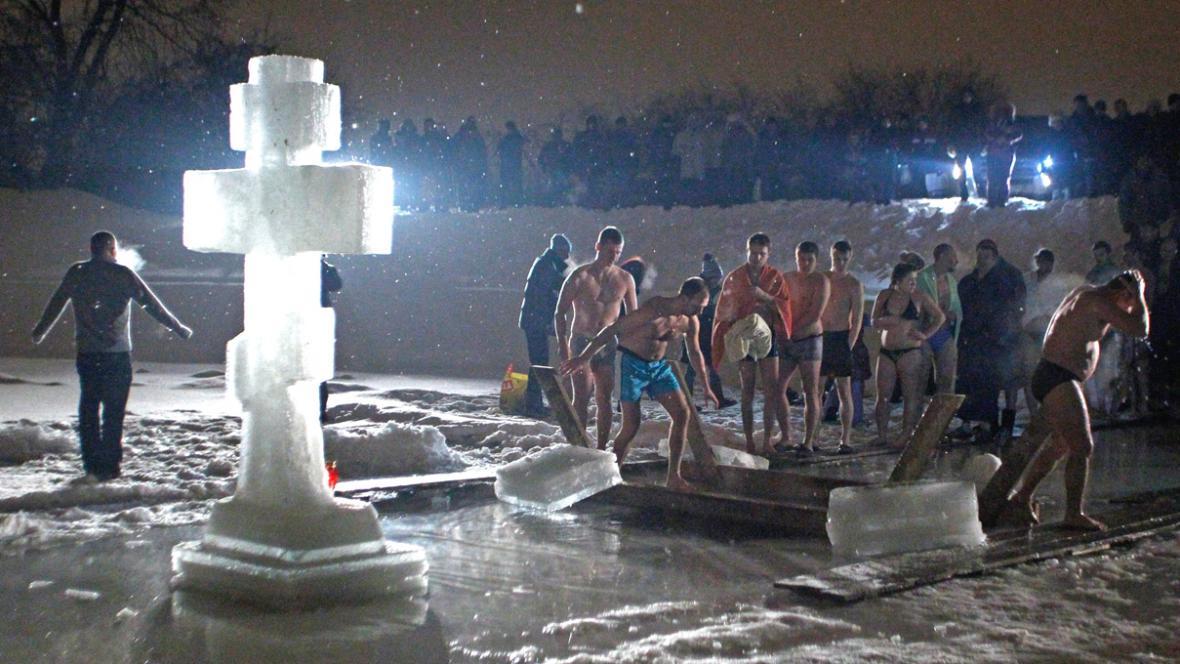 Rusové se v ledové vodě loučili s Vánocemi