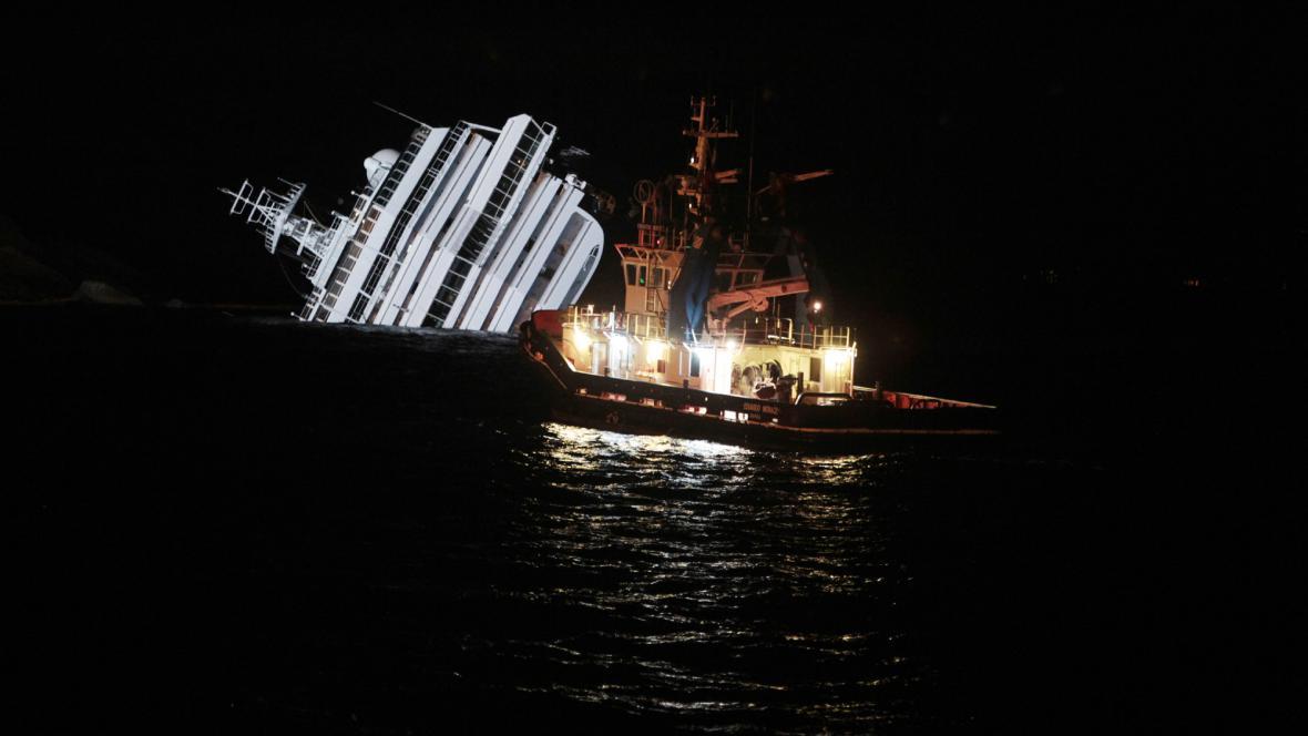Záchranáři u havarované lodi Costa Concordia