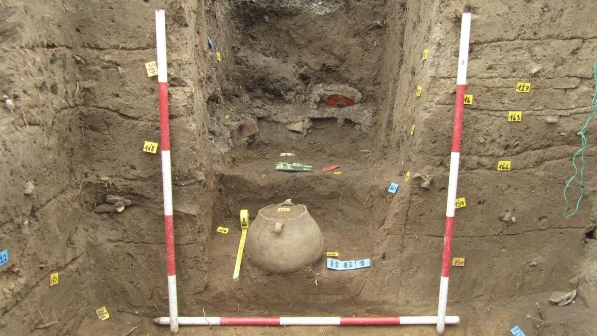 Žárový hrob uložený v keramické urně