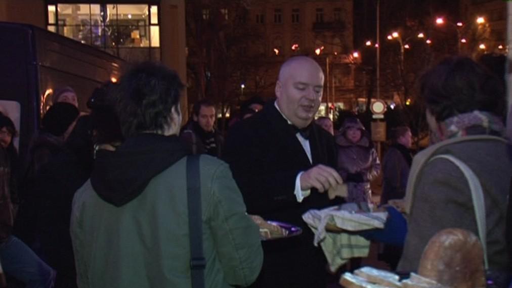 Chléb si od demonstrantů vzal i náměstek primátora Oliver Pospíšil (ČSSD)