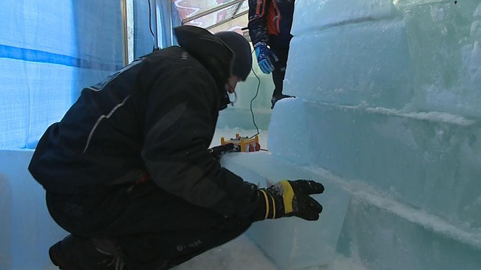 Sochaři z ledu připravují své výtvory