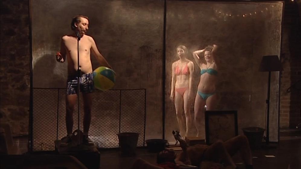Tichého zálibu fotografovat na koupališti využili i divadelníci
