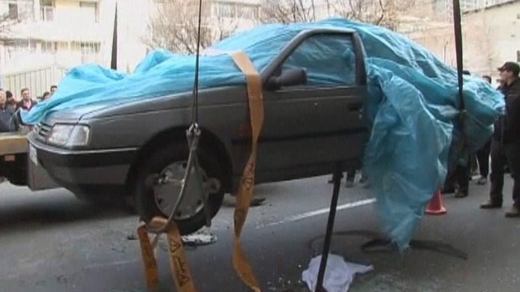 Automobil íránského profesora po výbuchu bomby