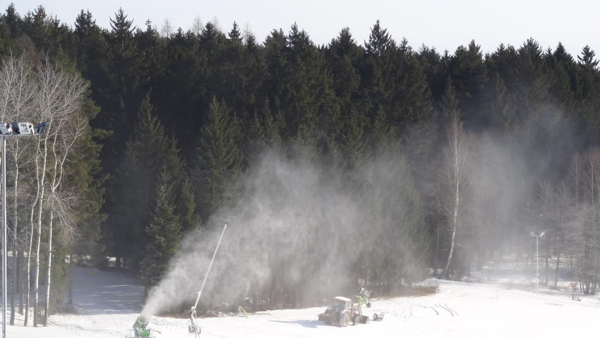 Sněhová děla už připravují tratě