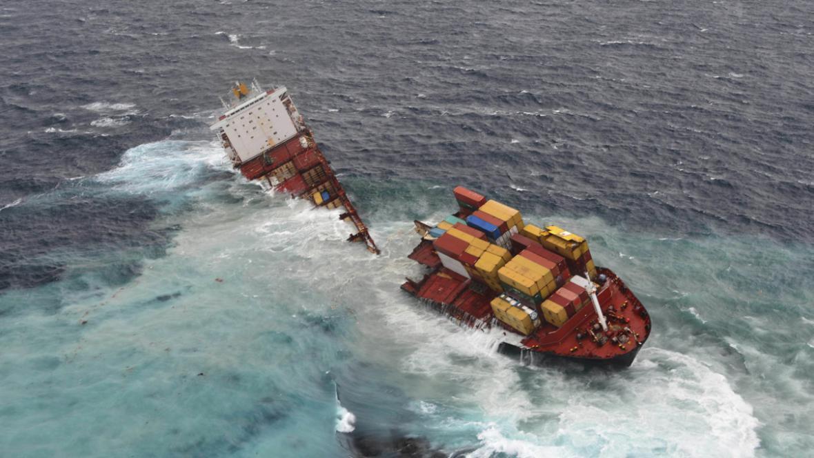 Nákladní loď Rena se rozlomila