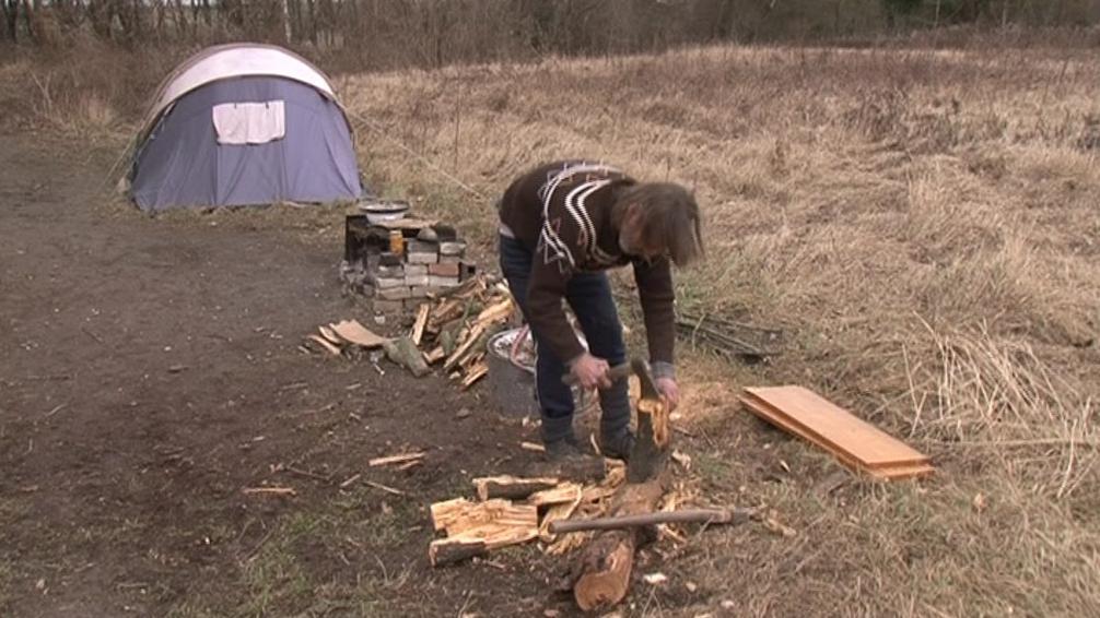 Dřevo do kamen sbírají bezdomovci po okolí