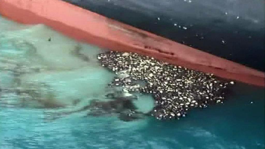 Z nákladní lodi Rena uniká topný olej