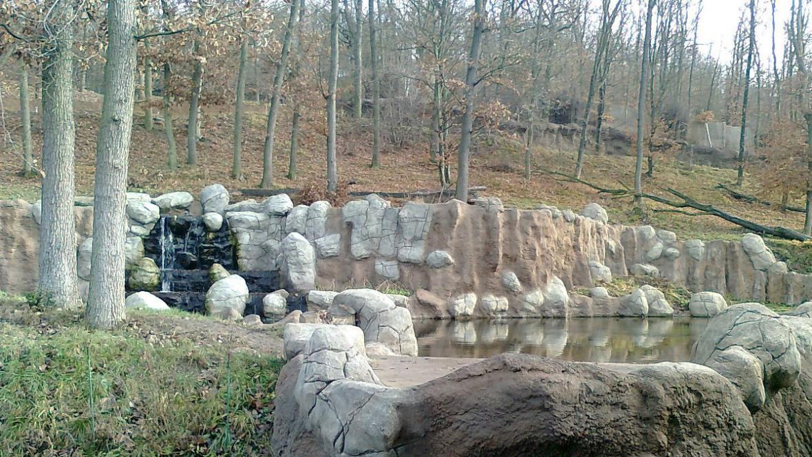 Součástí medvědího výběhu je i jezírko s vodopádem
