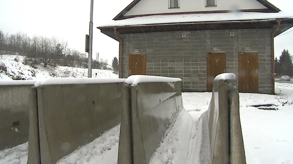 Schengenský prostor rozpustil hranice, na betonové zátarasy padá sníh
