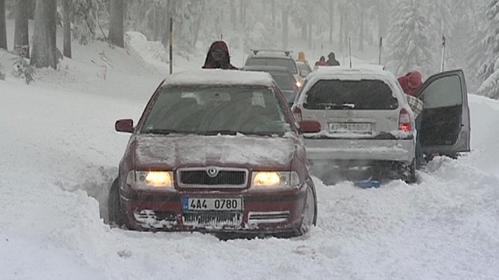 Zaváté silnice uvěznily projíždějící auta