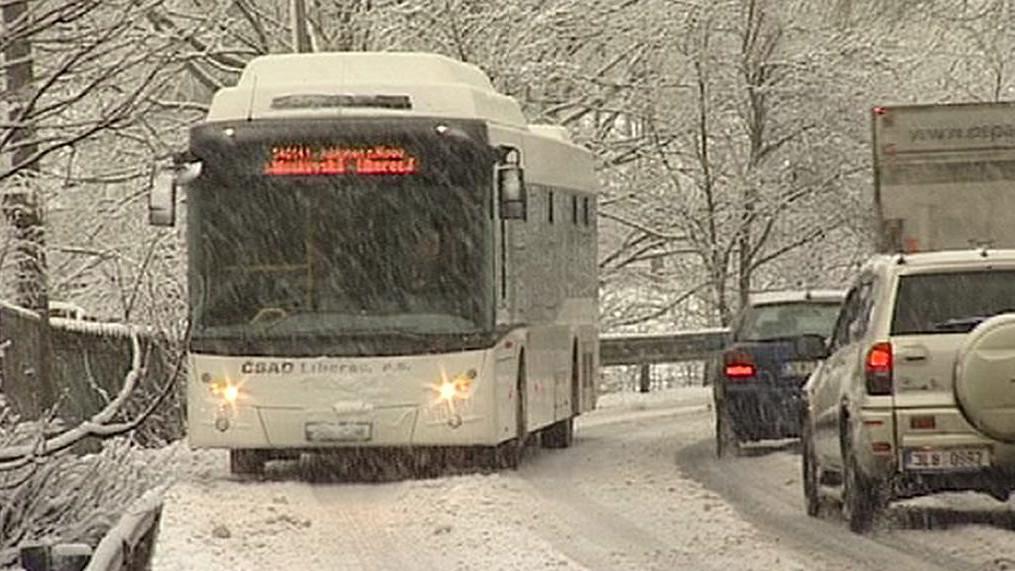 Sníh na silnicích a silný vítr komplikují dopravu