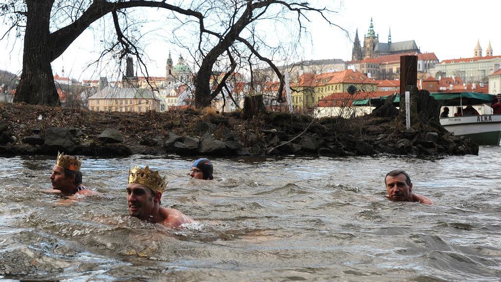 Otužilci si na Tři krále zaplavali ve Vltavě