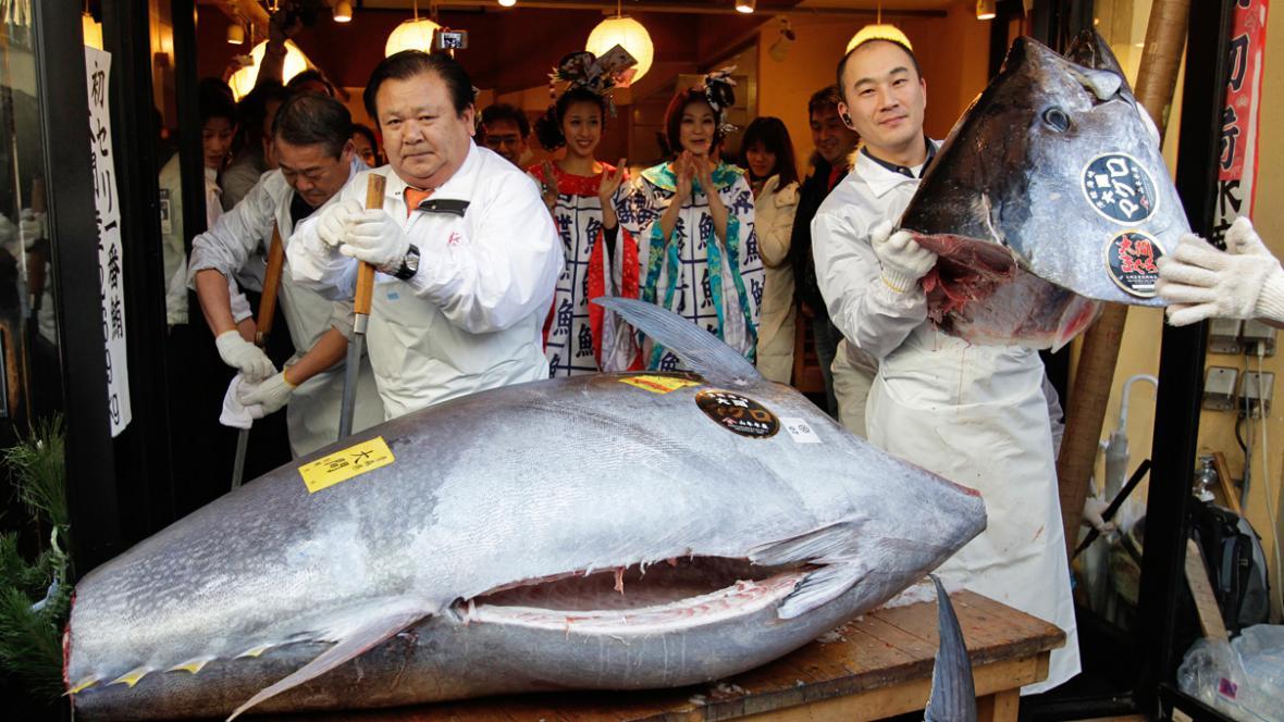 Kijoši Kimura (vlevo) s rekordně vydraženým tuňákem