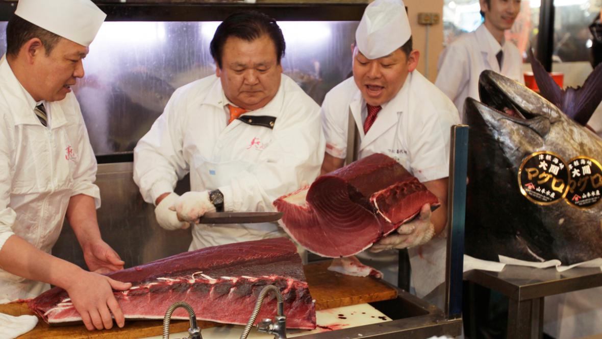 Kijoši Kimura (uprostřed) s rekordně vydraženým tuňákem