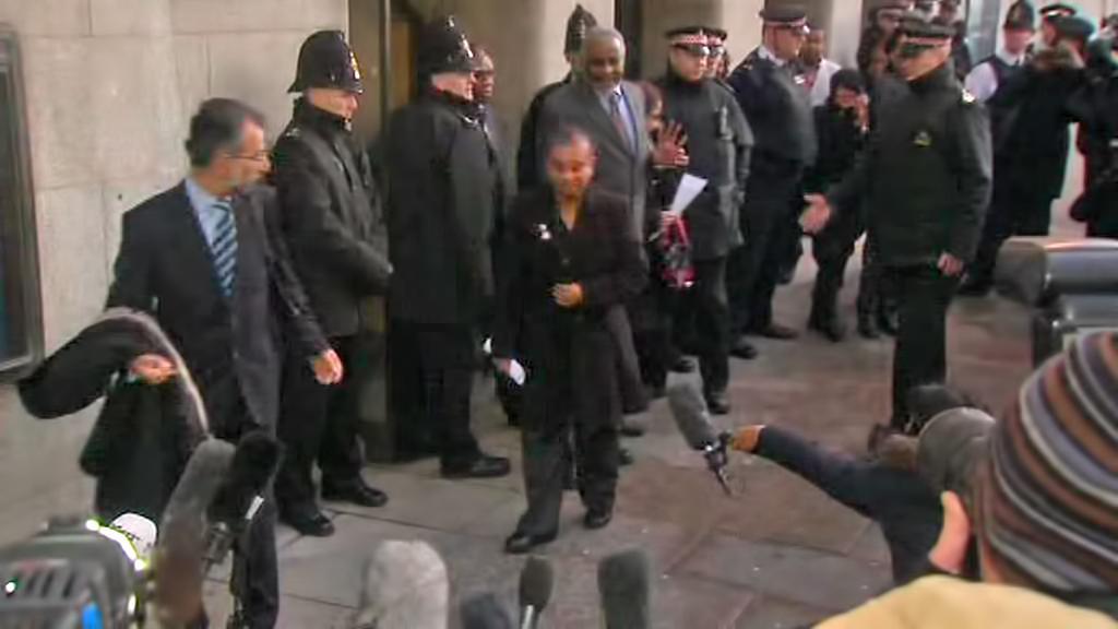 Matka Stephena Lawrence přichází k soudu