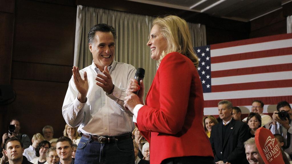 Republikánský kandidát Mitt Romney s manželkou na mítinku v Iowě