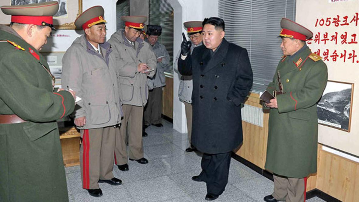Kim Čong-un beseduje s vojskem