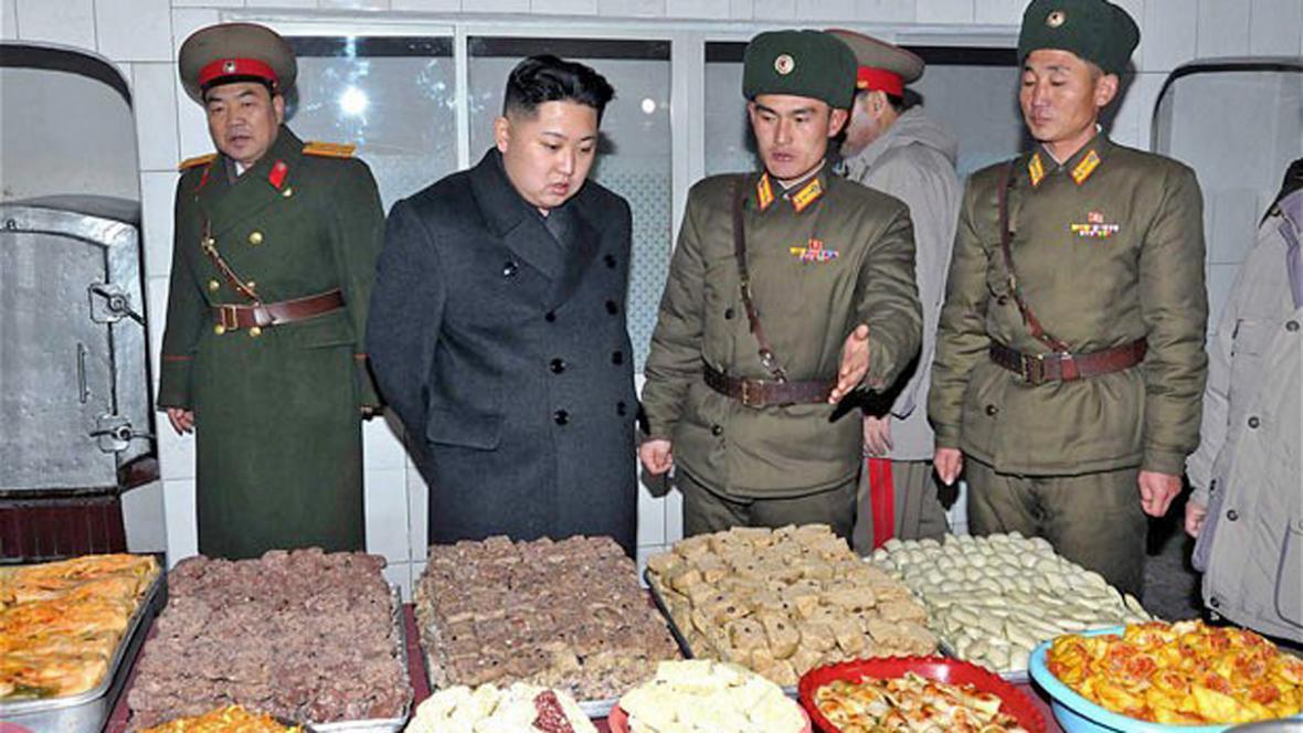 Kim Čong-un v armádní kuchyni
