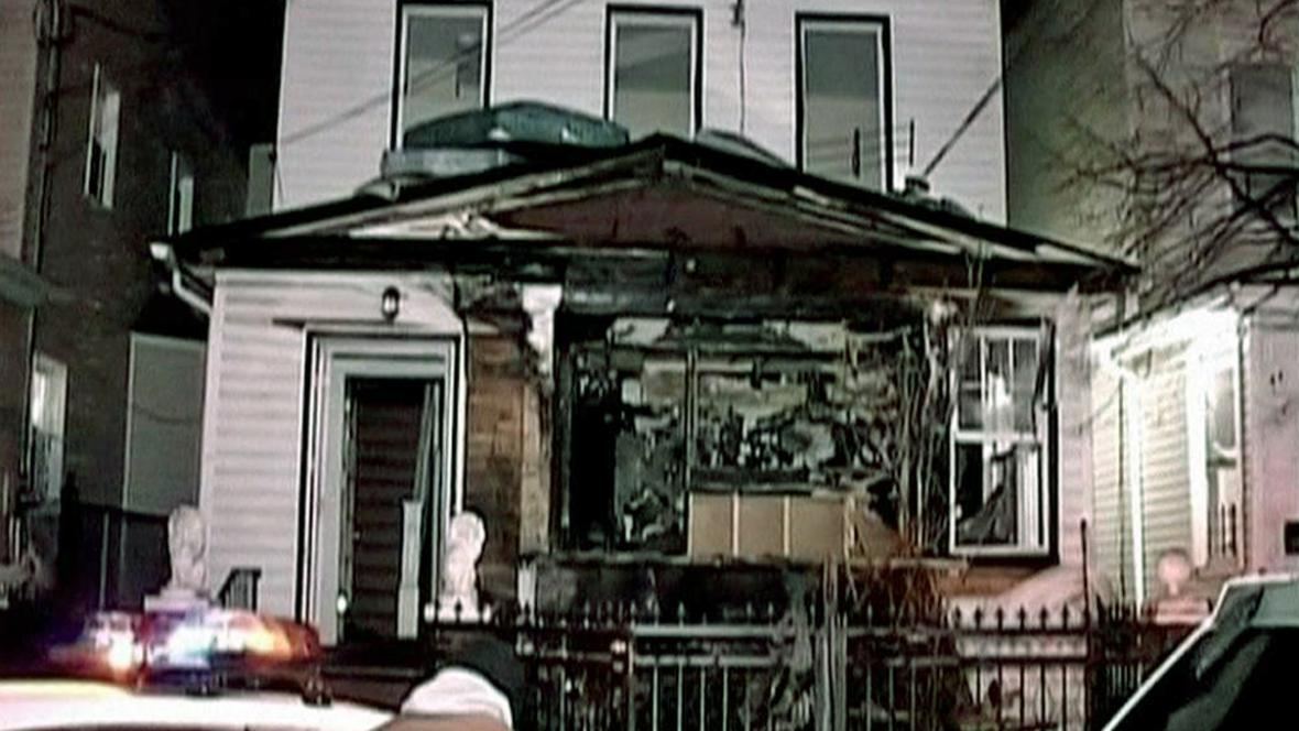 Následky žhářského útoku v Queens
