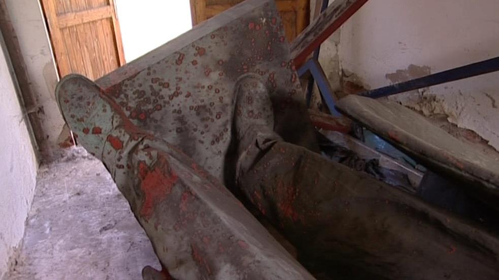Gottwaldovy nohy pokryté krví