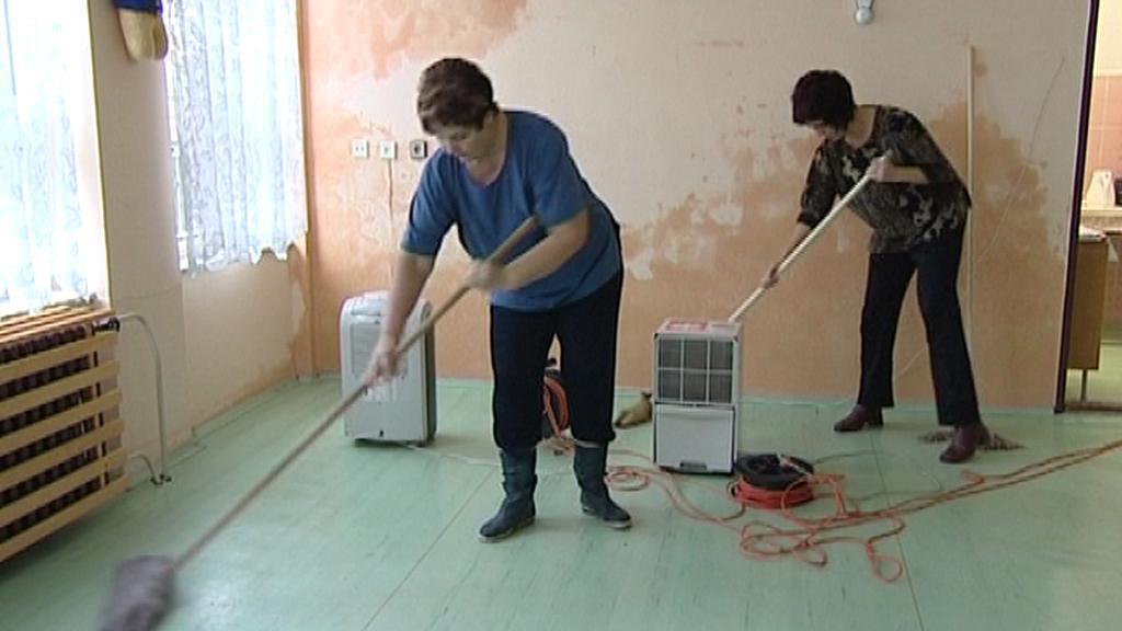 Zaměstnankyně školky vytírají vytopenou třídu
