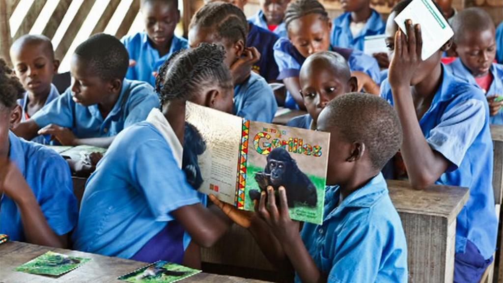 Kamerunské děti si čtou o gorilách