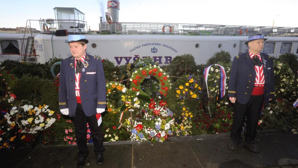 Čestná stráž u lodi s květinami pro Havla