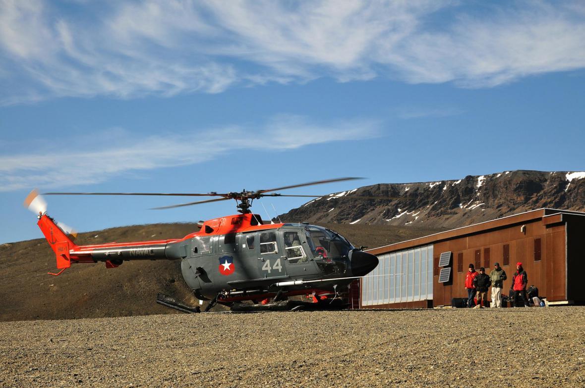 Nakládání expedičního materiálu na jeden z posledních vrtulníkových letů