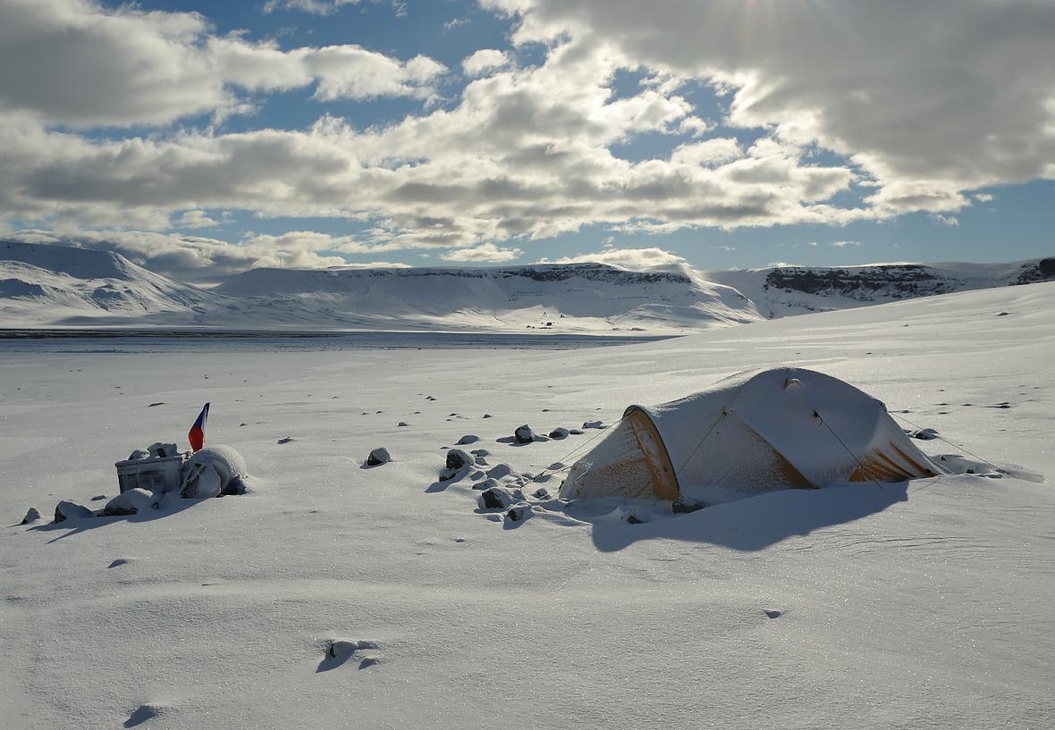 Polní tábor v Brandy Bay po první letošní sněhové nadílce