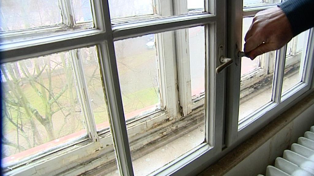 Škvíry v oknech v Alžbětiných lázních