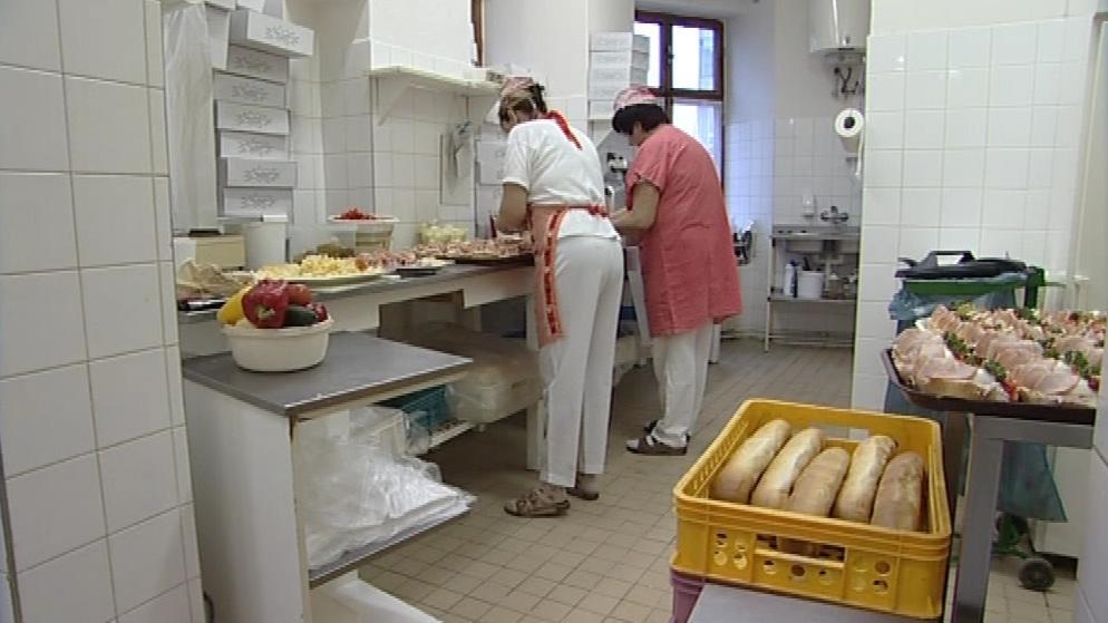 Výrobci chlebíčků vstávají na Silvestra ve tři ráno