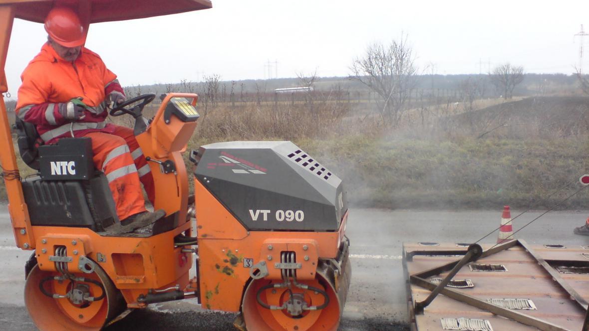 Mírná zima umožnila opravovat silnice i v prosinci