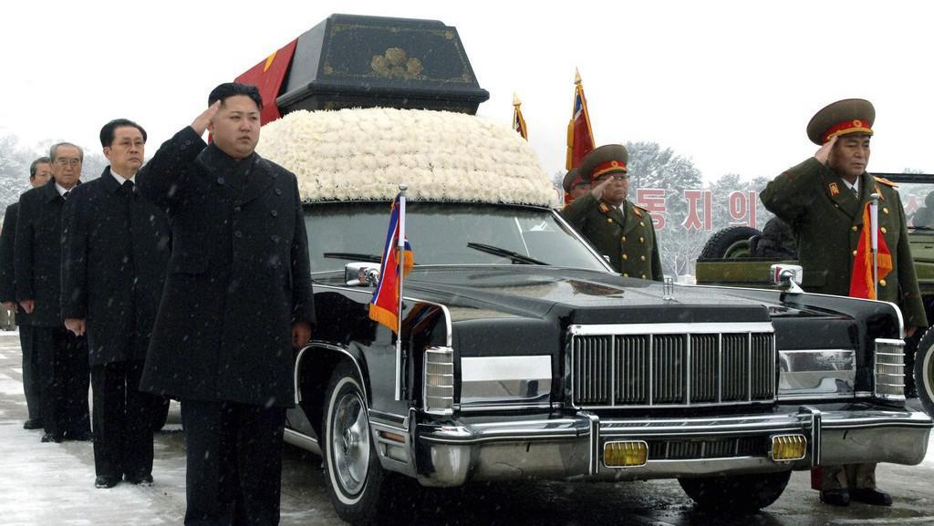 Vedení severokorejského režimu kolem rakve Kim Čong-ila