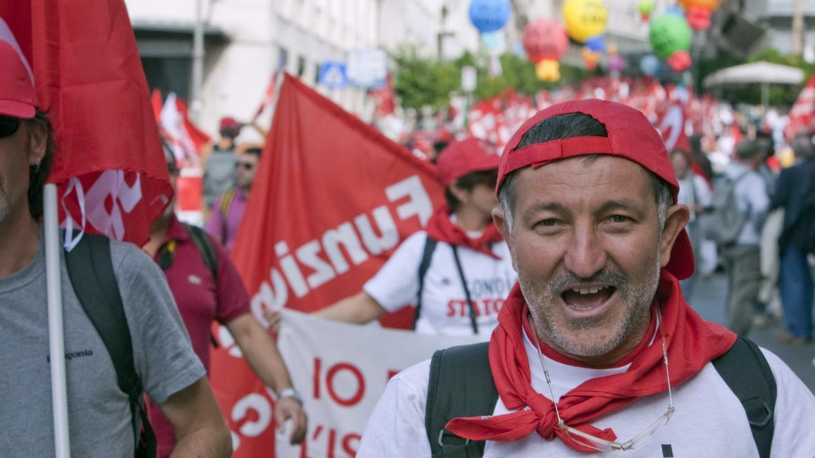 Italové demonstrující proti úsporám
