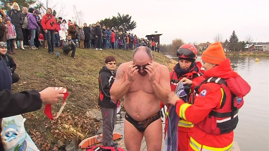 Většina závodníků se do chladné vody vrhla bez bázně