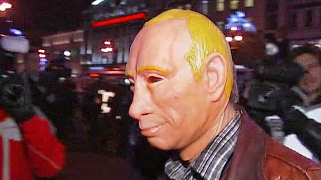 Ruský demonstrant v masce Putina