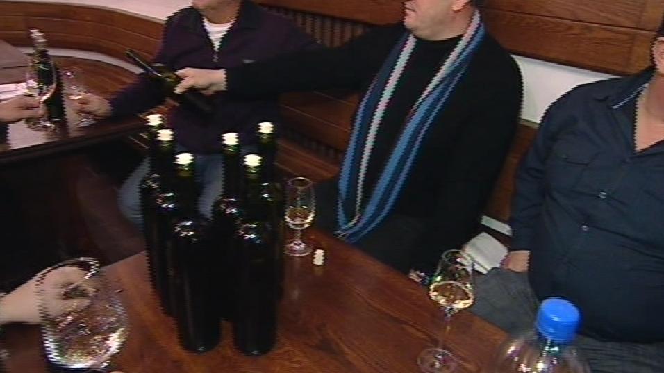 Farář žehná víno, které si vinaři donesou